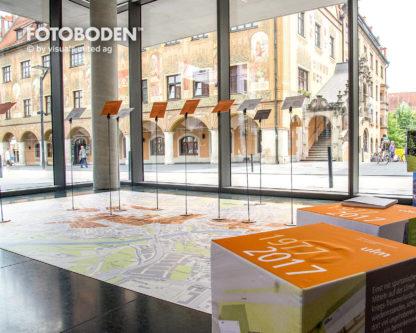 Sparkasse_Ulm_Ausstellung_Museum-_Raumkonzept_Stimmung_Museumsboden_Ausstellungsboden_Fotoboden_Vinylboden_Flooring_individuell_Event1