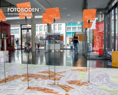 Sparkasse_Ulm_Ausstellung_Museum-_Raumkonzept_Stimmung_Museumsboden_Ausstellungsboden_Fotoboden_Vinylboden_Flooring_individuell_Event5